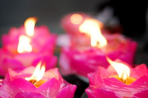 Fiori e candele nel tempio