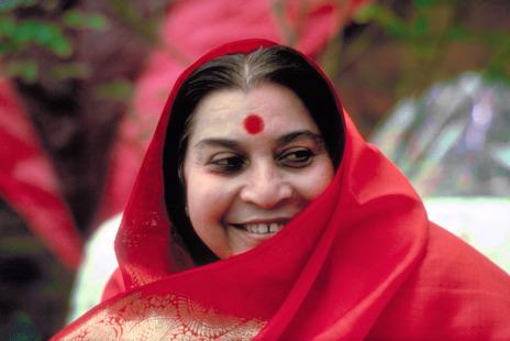 Shri Mataji sorride